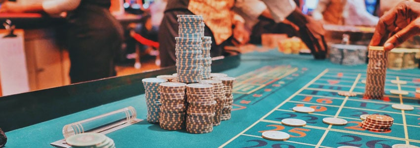 Should I Play Online Slots or Live Casino Games?